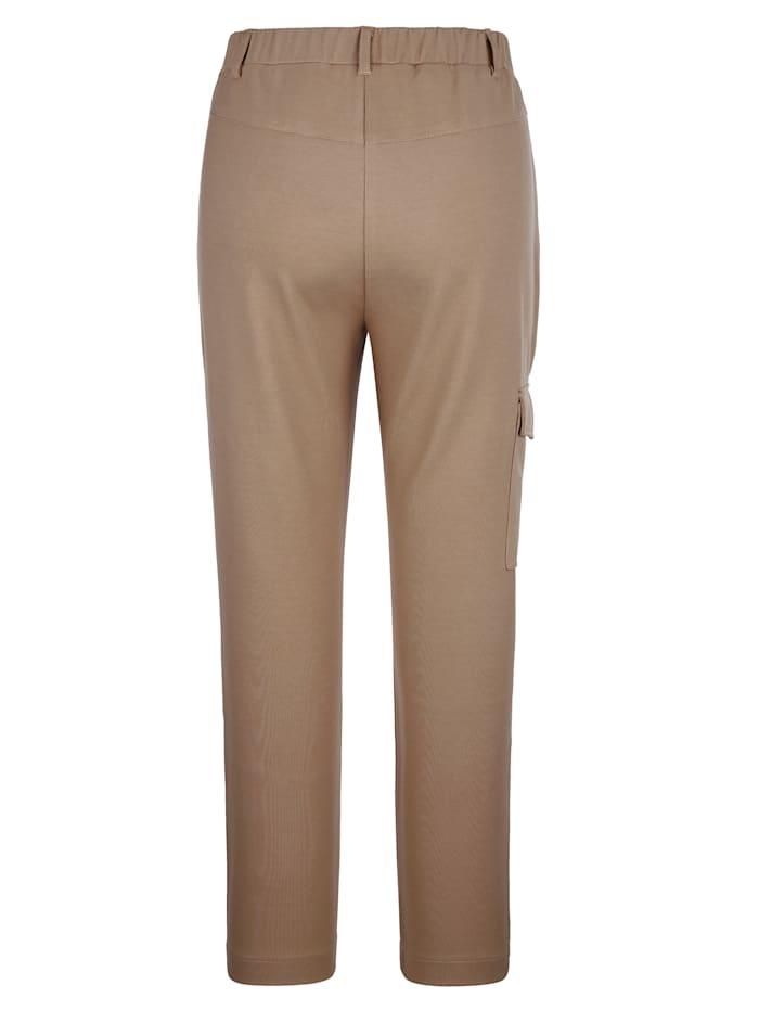 Hose mit aufgesetzter Tasche am Bein