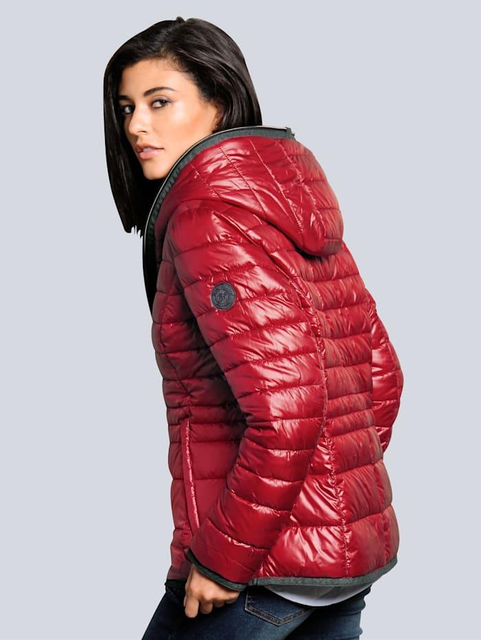 Jacke mit modischer Kapuzenverarbeitung