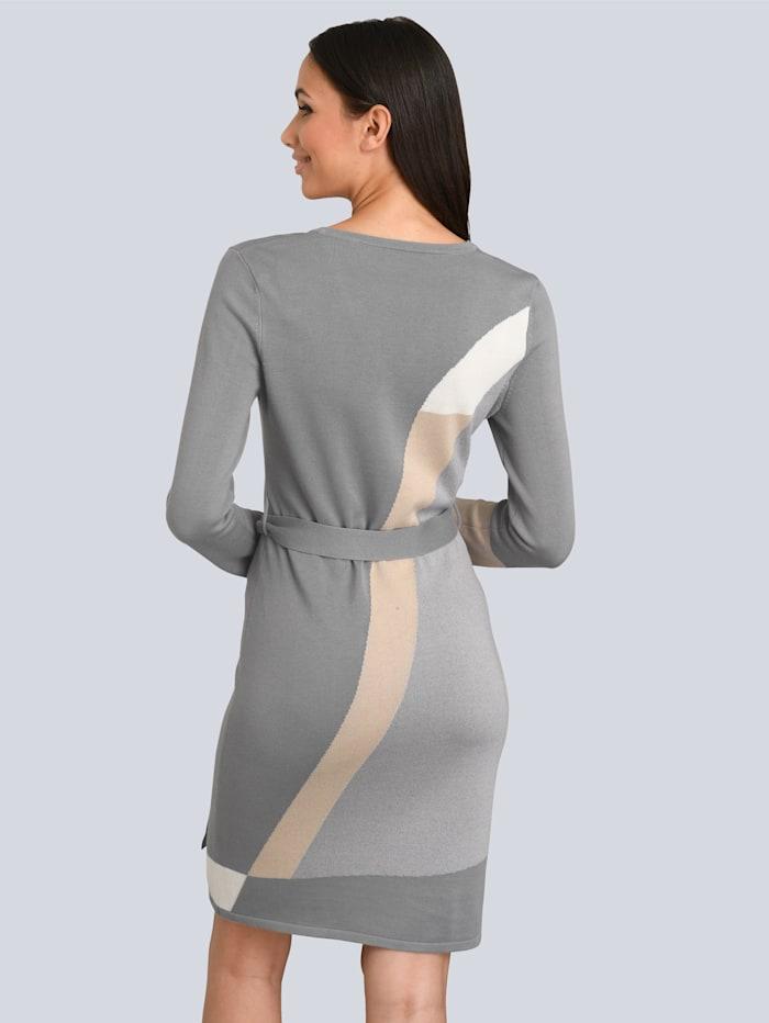 Kleid im grafischen Patch-Look