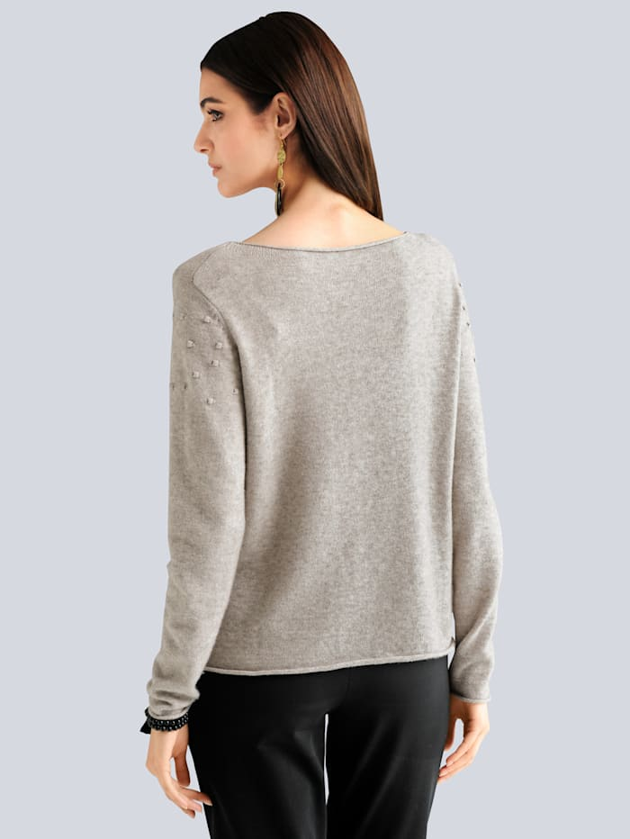 Pullover im Vorderteil mit aufgenähten Punkten
