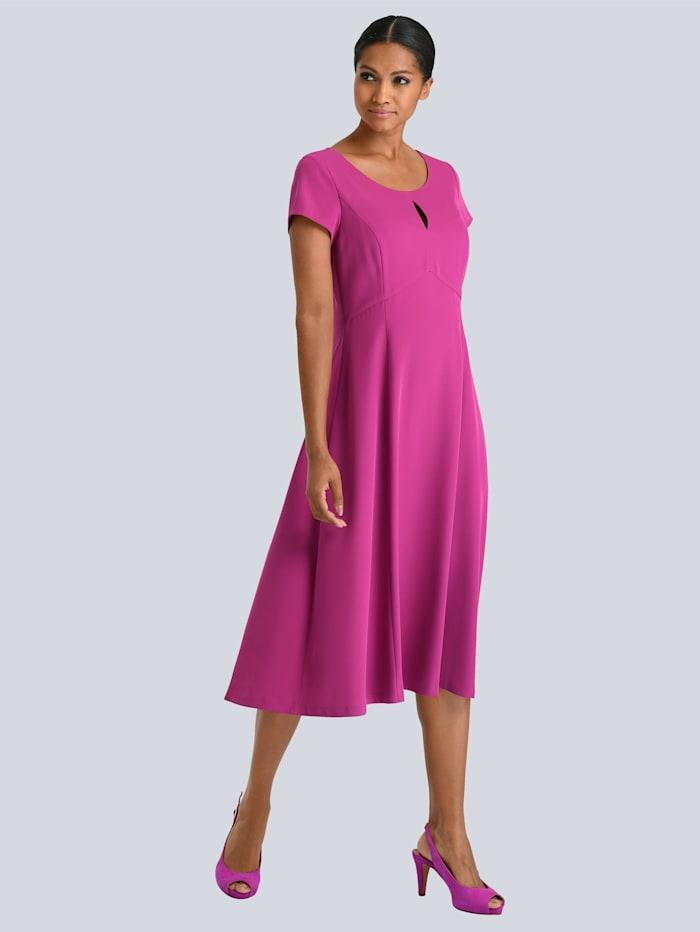 Kleid mit kleinem Schlitz am Ausschnit
