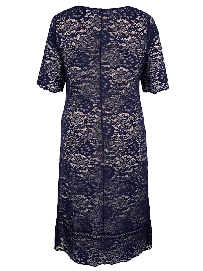 Krajkové šaty s kontrastní podšívkou
