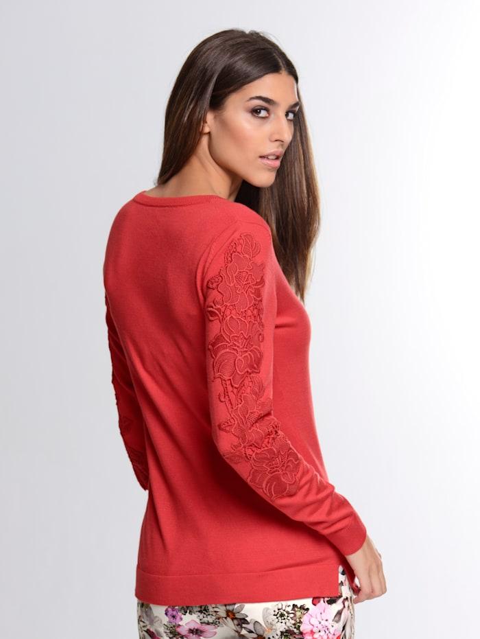 Pullover mit floraler Spitze auf dem Arm
