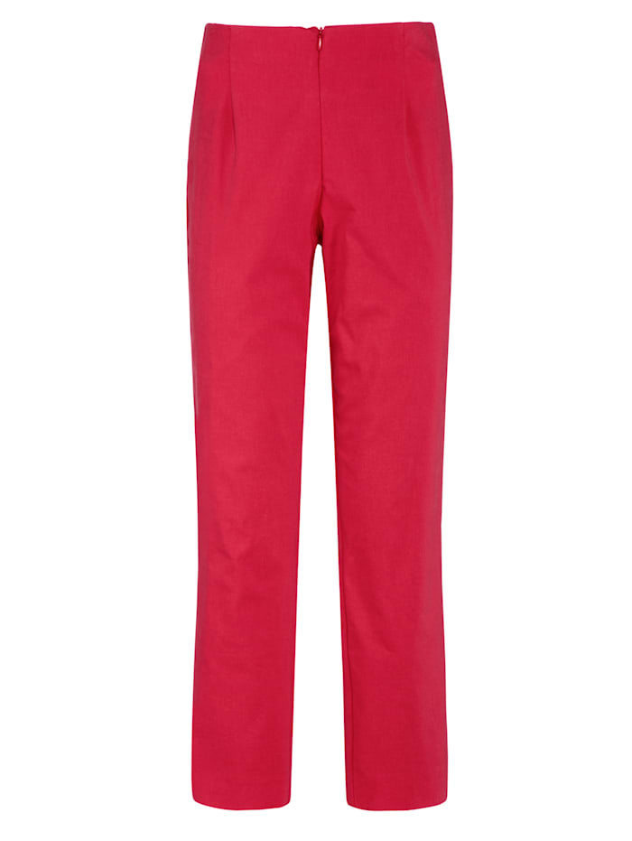 Ankle length trousers made from a cotton blend