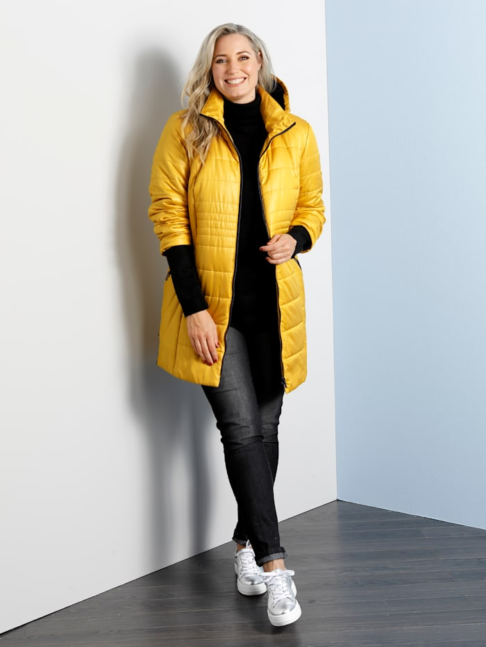 Manteau matelassé à capuche doublée de peluche contrastante