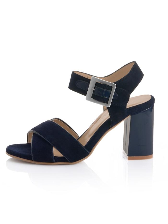 Sandaaltje met gekruiste riempjes