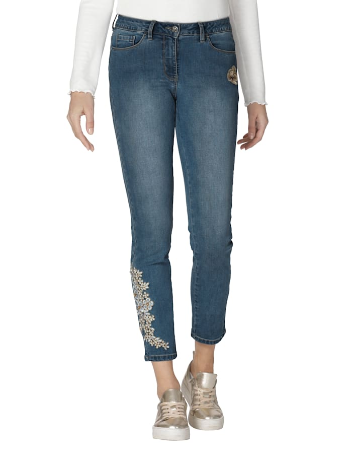 Jeans mit Stickerei und Perlen an einem Hosenbein