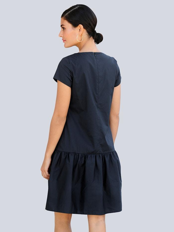 Kleid mit angesetzter Rüsche am Abschluss