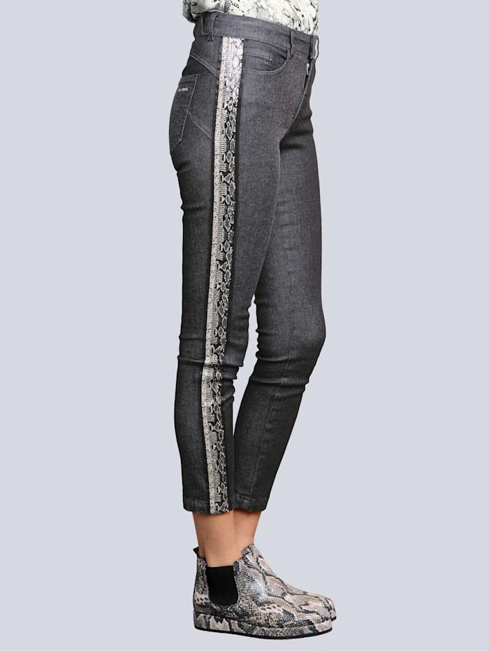 Jeans seitlich mit schmückendem Dekoband