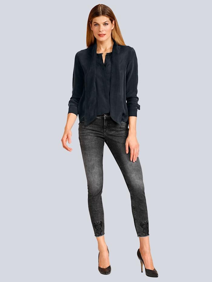Jeans mit aufgestickten Badges am Saum