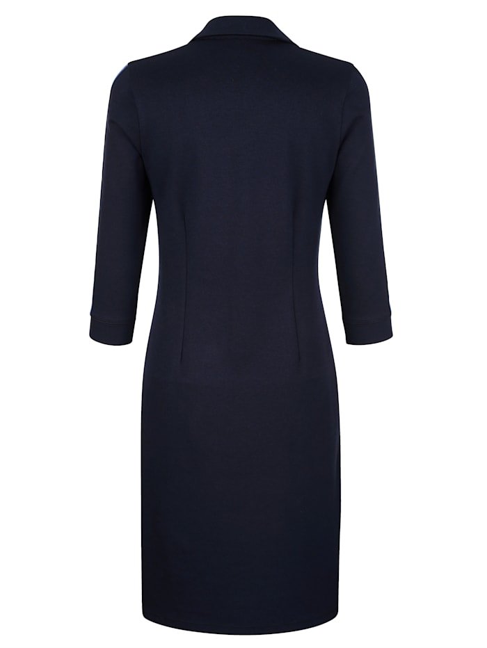 Kleid mit Tapedetail auf dem Arm