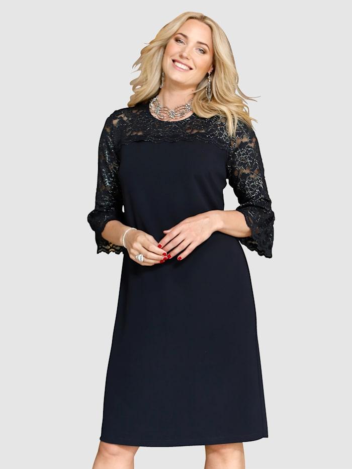 Kleid mit edler Spitze gearbeitet