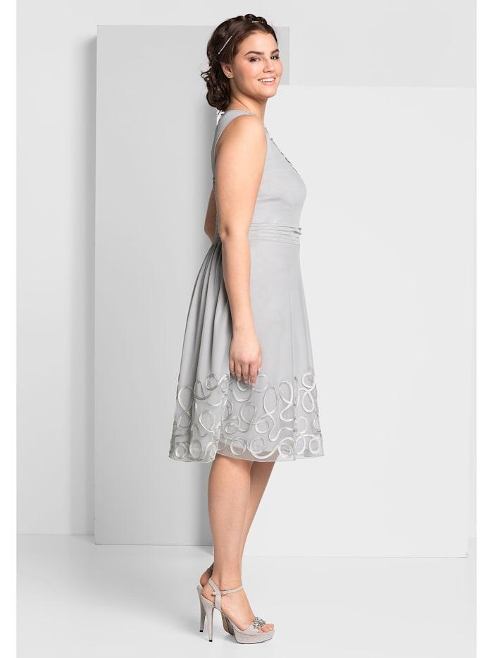 Kleid taillenbetonende und hüftumspielende Form
