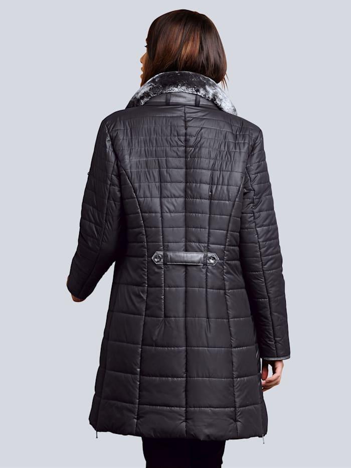 Kabát s hodnotným detailním vypracováním