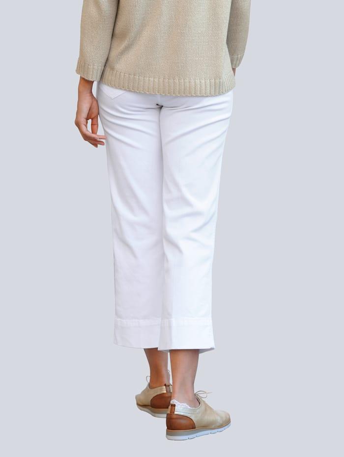 Jeans mit dekorativen Knöpfen