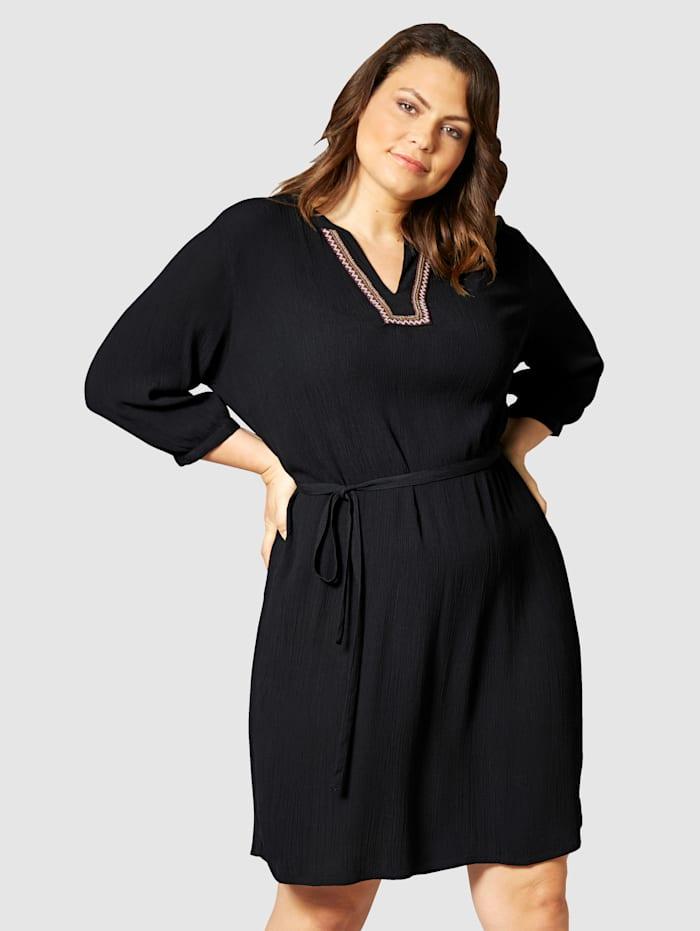 Kleid mit modischer Stickerei am Ausschnitt