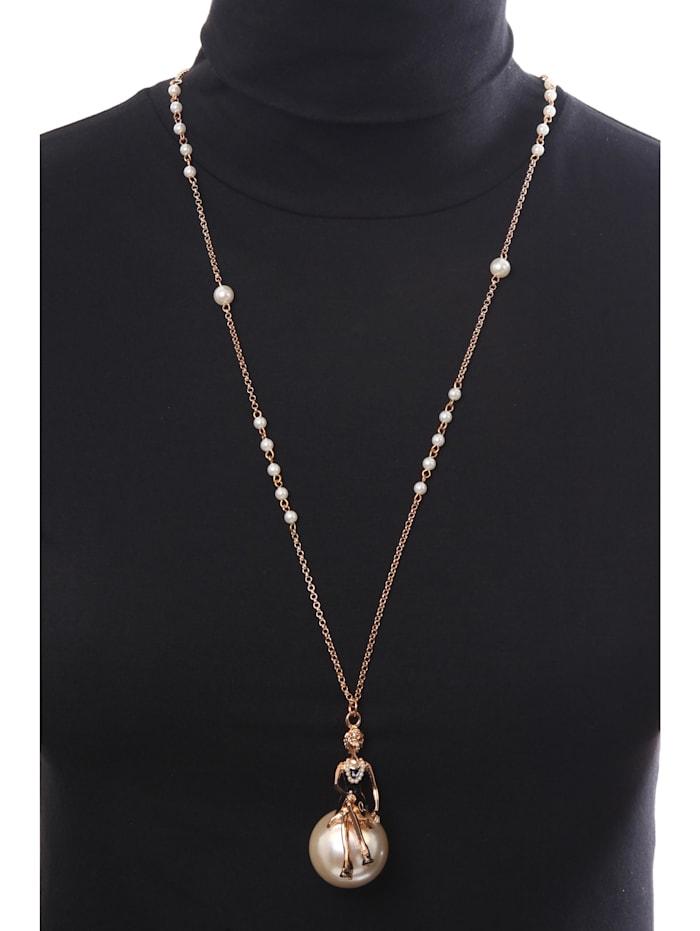 Lange Kette Maila Frau mit Perlenkette