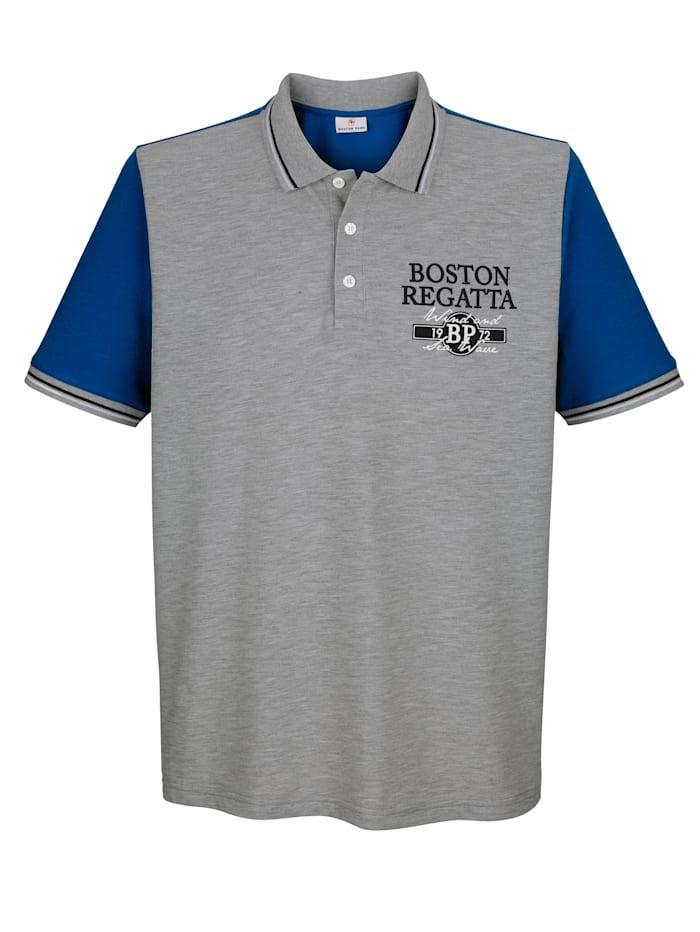 Boston Park Poloshirt mit Kontrastdruck an der Brust, Grau/Royalblau