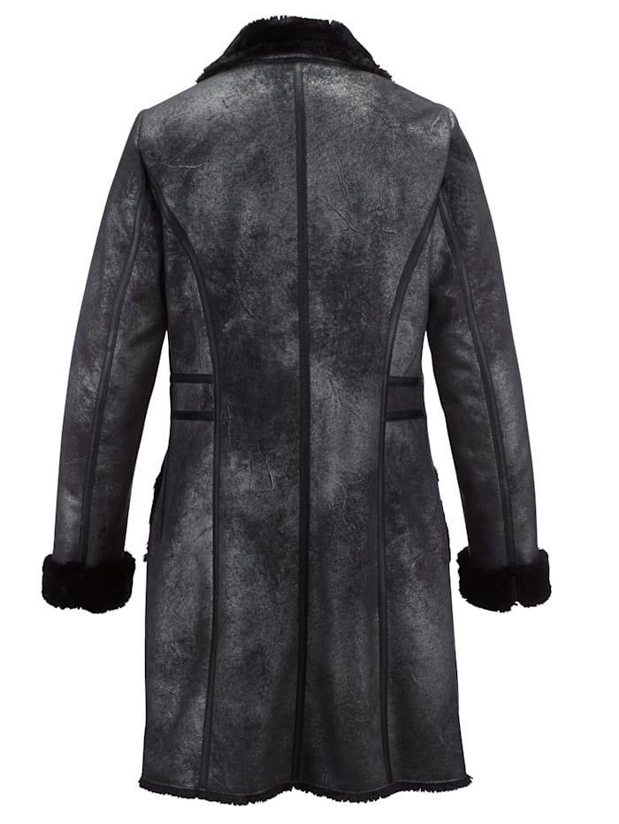 Kabát v pěkném lesklém vzhledu