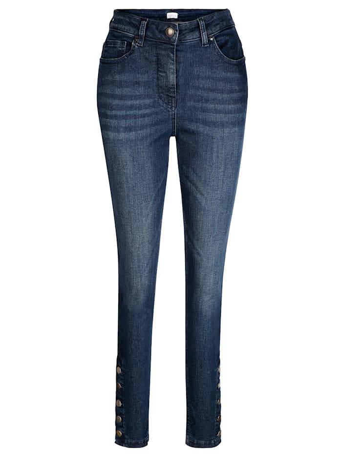 Jeans mit Knöpfen am Saum