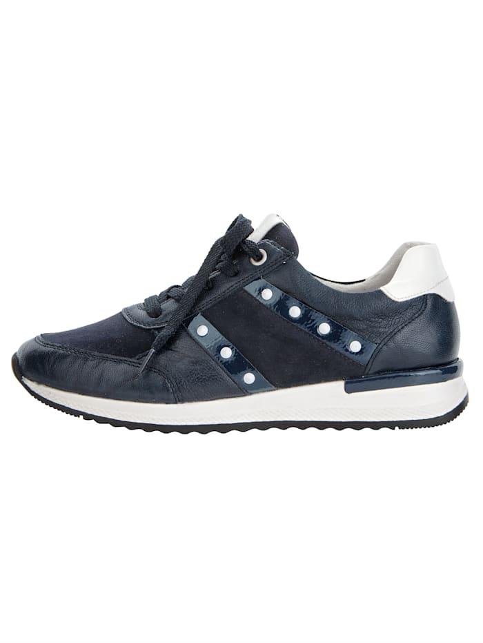 Sneaker met contrastkleurige klinknageltjes