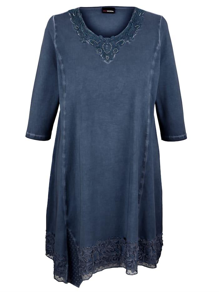 Kleid mit funkelnden Dekosteinen