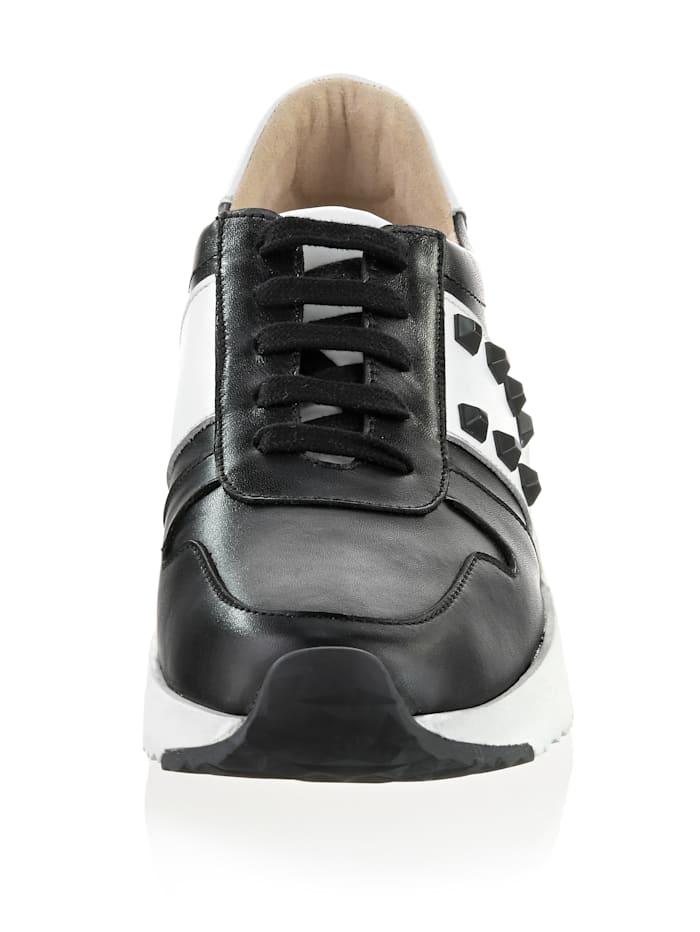 Sneaker im klassischem Farbstil