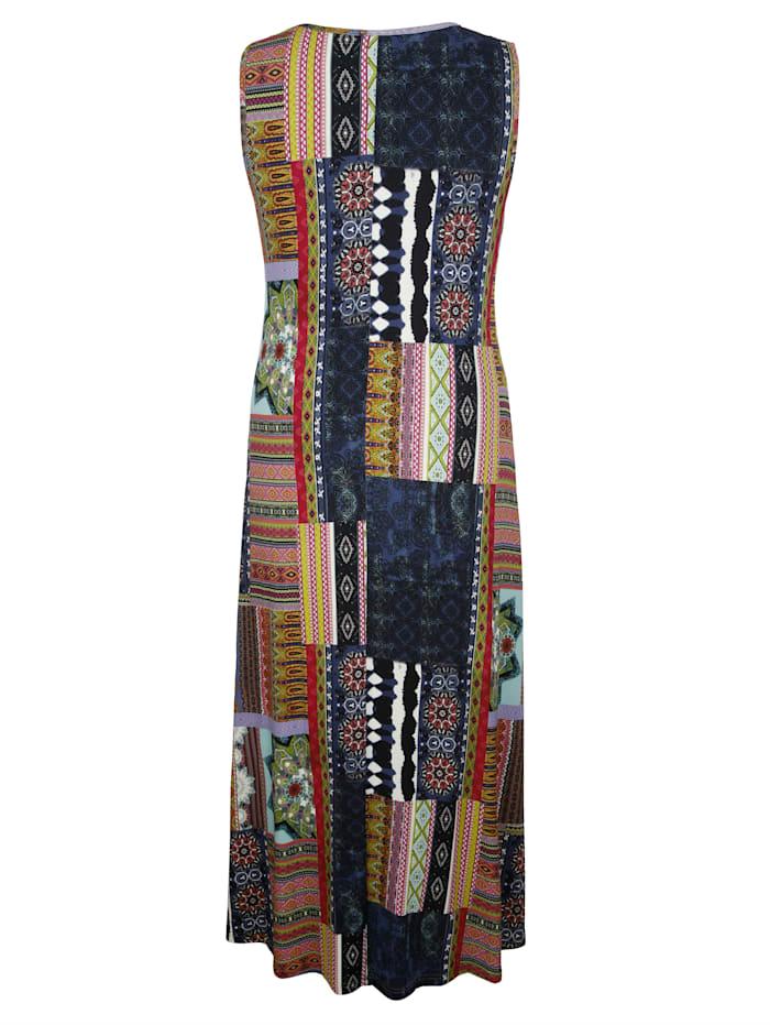 Šaty s moderným mixom vzorov