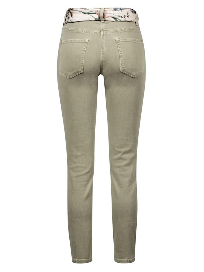 Jeans mit farblich abgestimmten Tuch