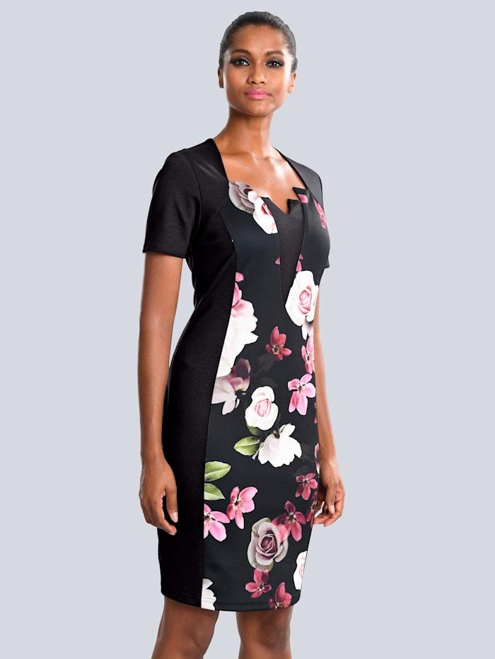 Kleid mit modischer Auschnittlösung