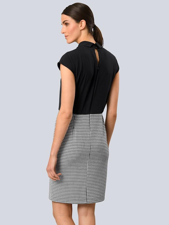 Kleid in zwei geteilter Optik