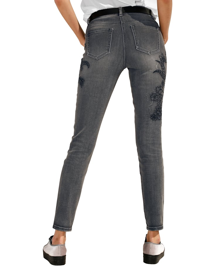 Jeans mit femininen Stickereien