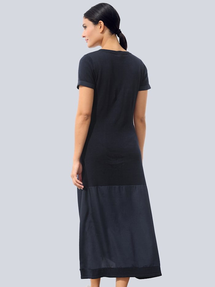 Stickad klänning i trendig materialmix