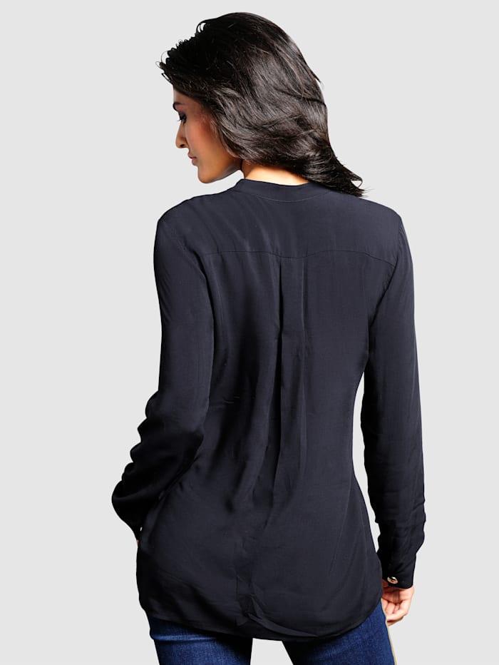 Bluse mit dekorativen Zierknöpfen