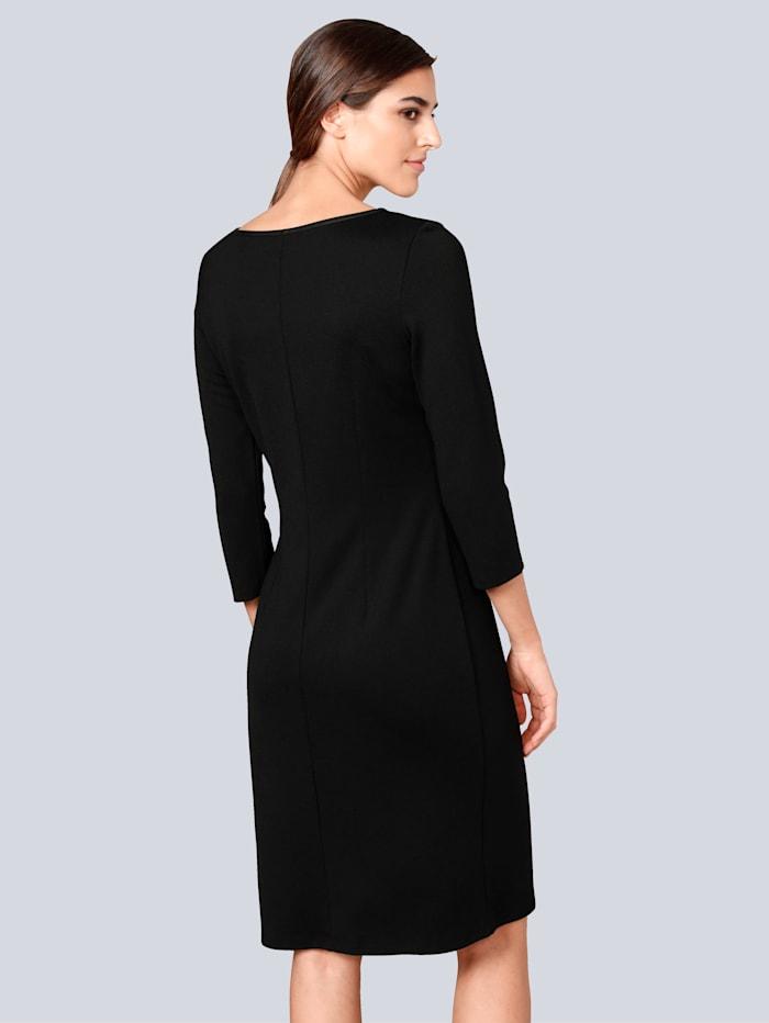 Kleid mit modischen Cut-Outs am Ausschnitt