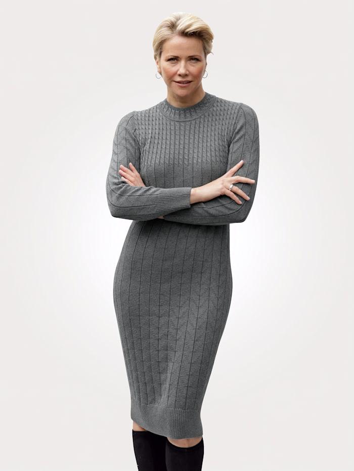 MONA Stickad klänning med flätstickat mönster, Grå