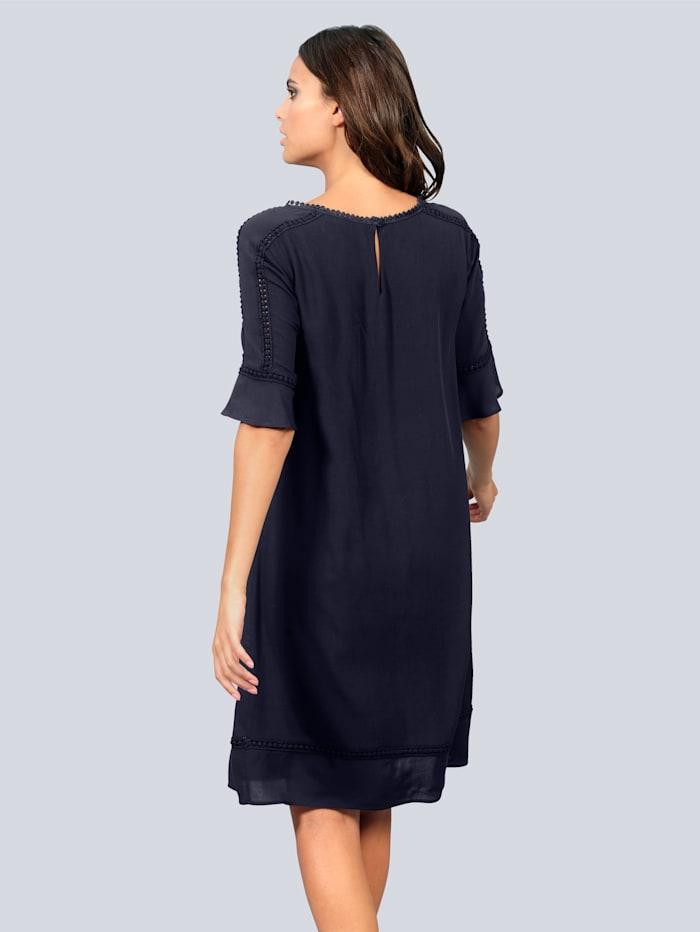 Kleid mit femininen Spitzeneinsätzen