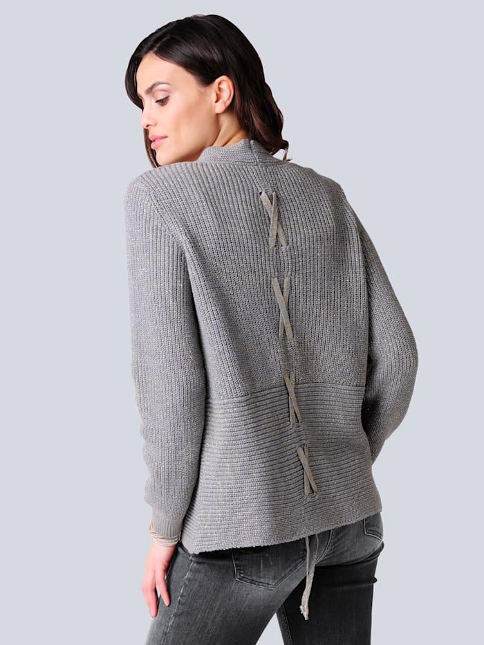 Strickjacke mit effektvoller Bändchenverarbeitung im Rücken