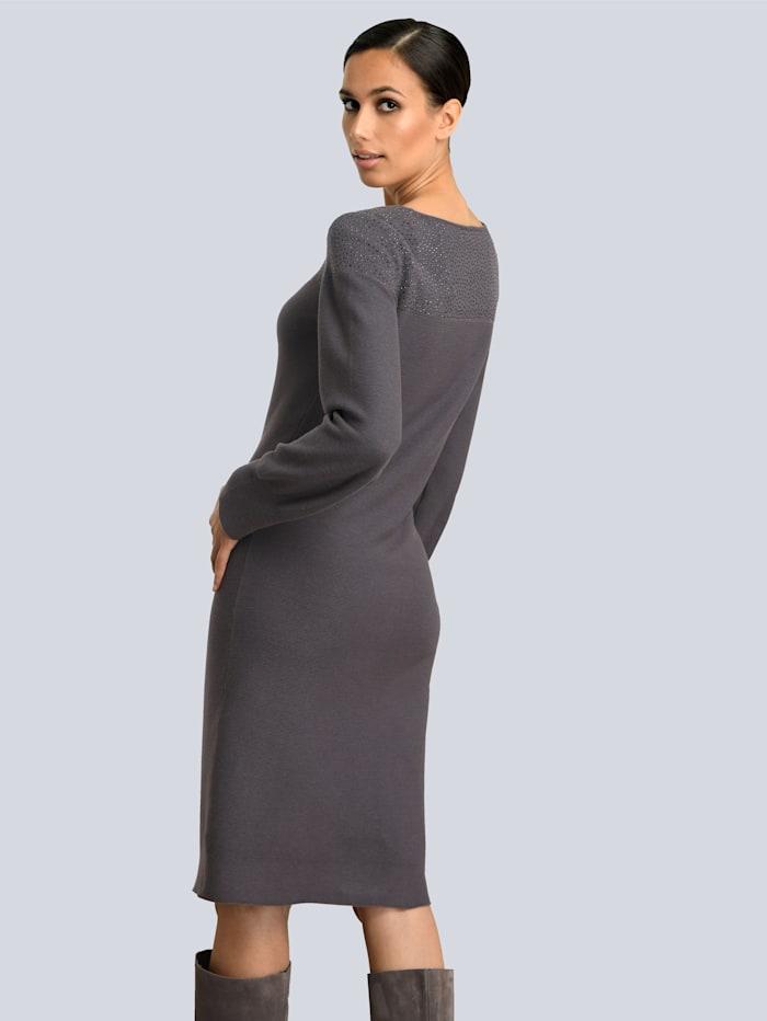 Kleid mit Strasssteinen am Ausschnitt