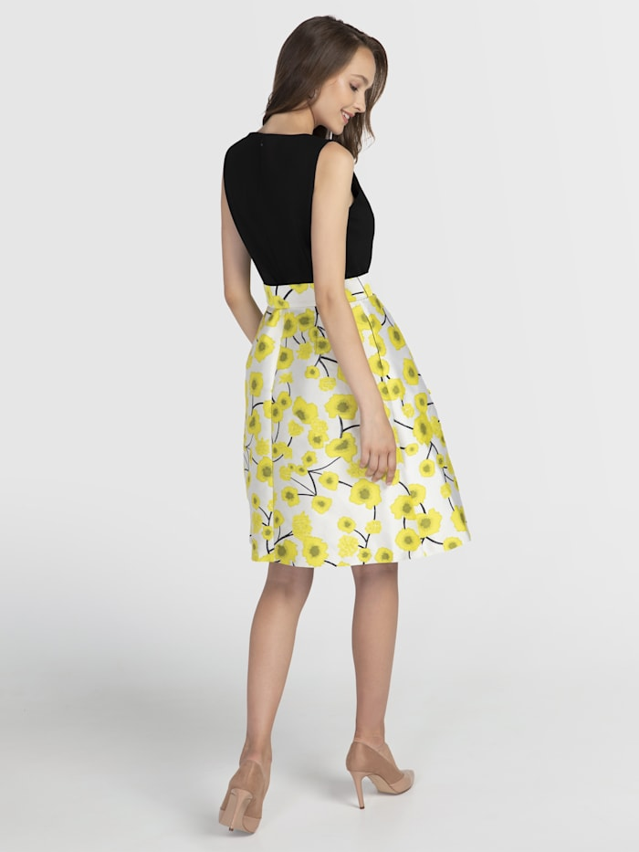 Sommerkleid im Materialmix