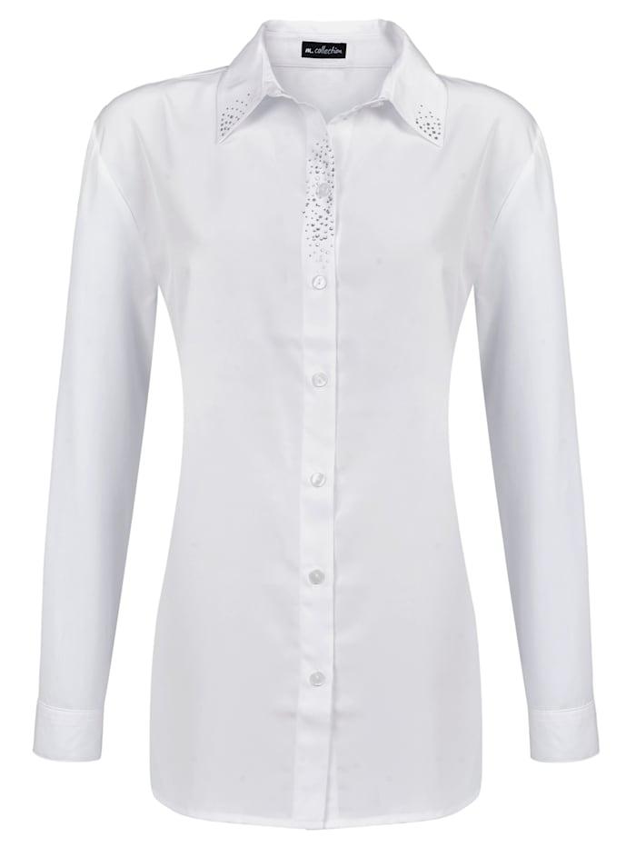 Klassisk, vit blus med stenprydnad