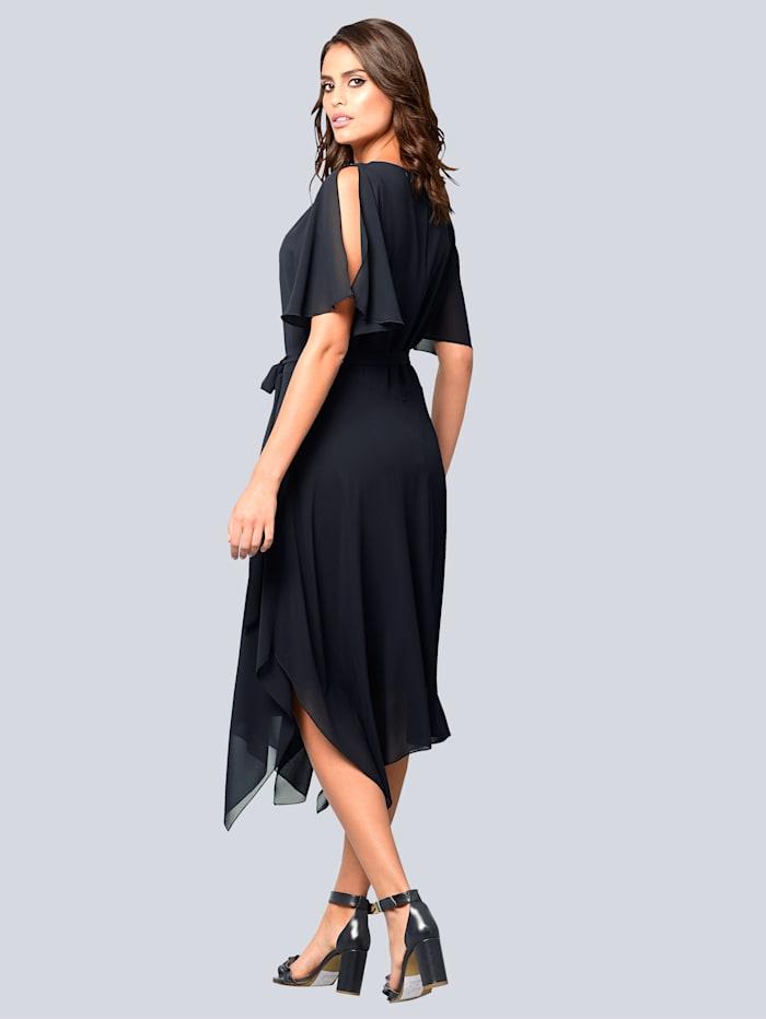 Kleid mit aufwendiger Detailverarbeitung am Ausschnitt