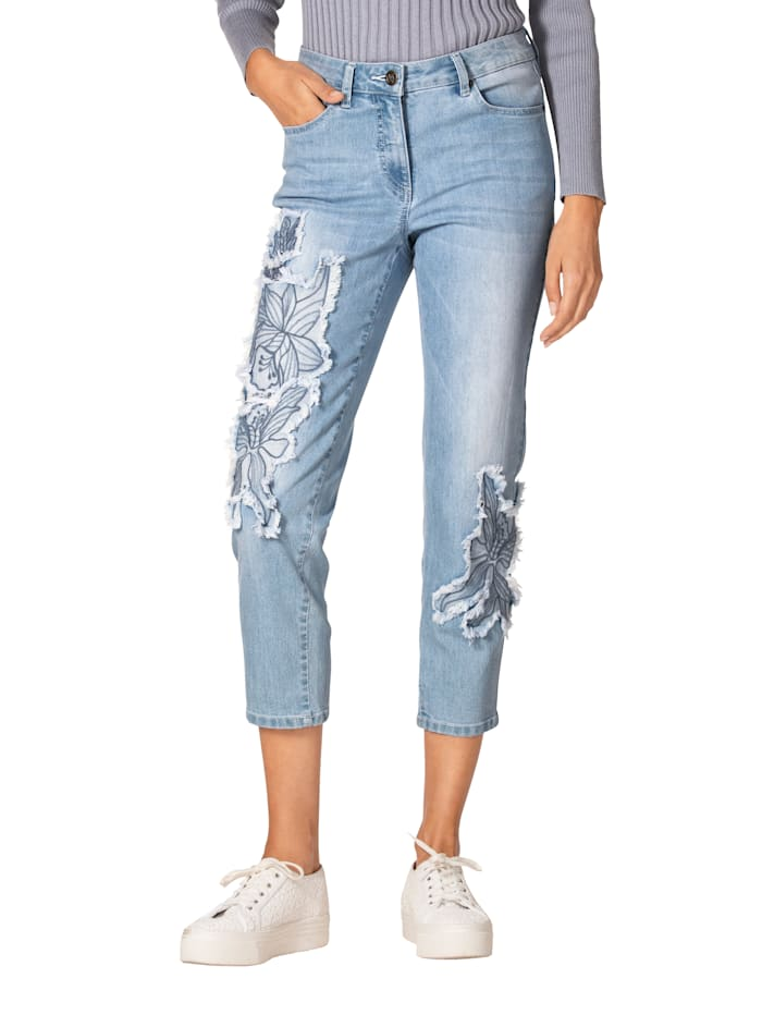 Jeans mit Blumenapplikation im Vorderteil