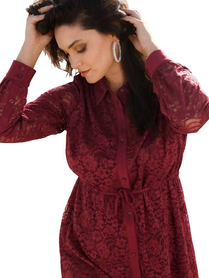Robe en dentelle avec patte boutonnée
