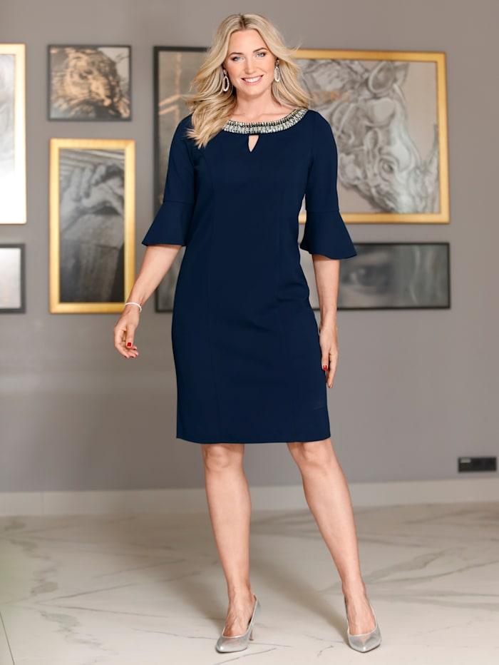 Kleid mit aufwendig geschmücktem Ausschnitt