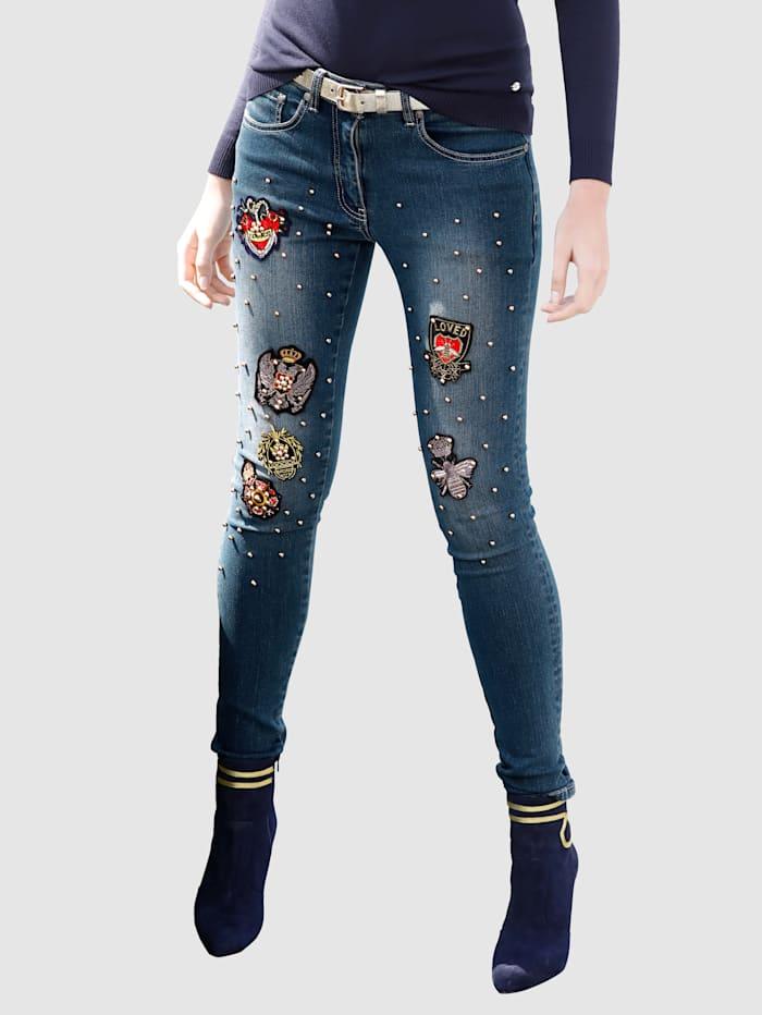 Jeans mit Patches und Perlendekoration