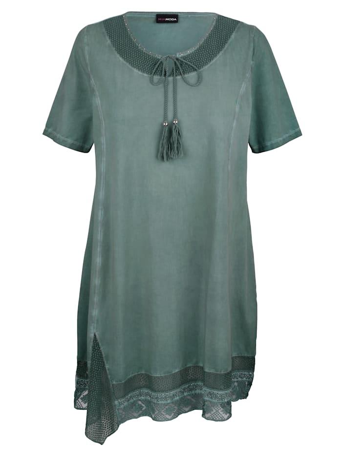 Kleid mit schönen Bändern am Ausschnitt