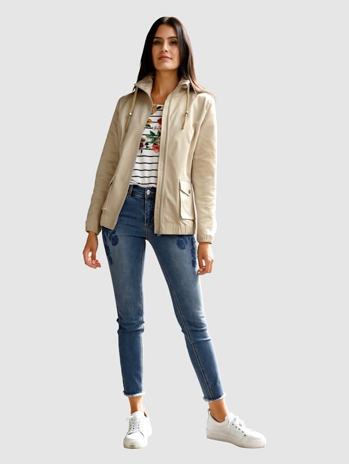 Jeans in smal model met bloemenborduursel