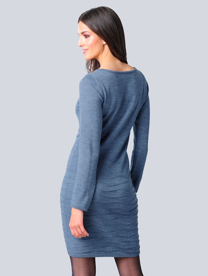 Pletené šaty v modernej pletenej štruktúre
