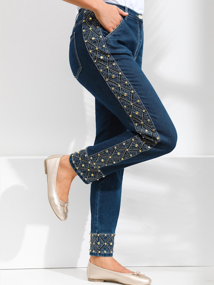 Jeans med generöst mycket pärlbroderi